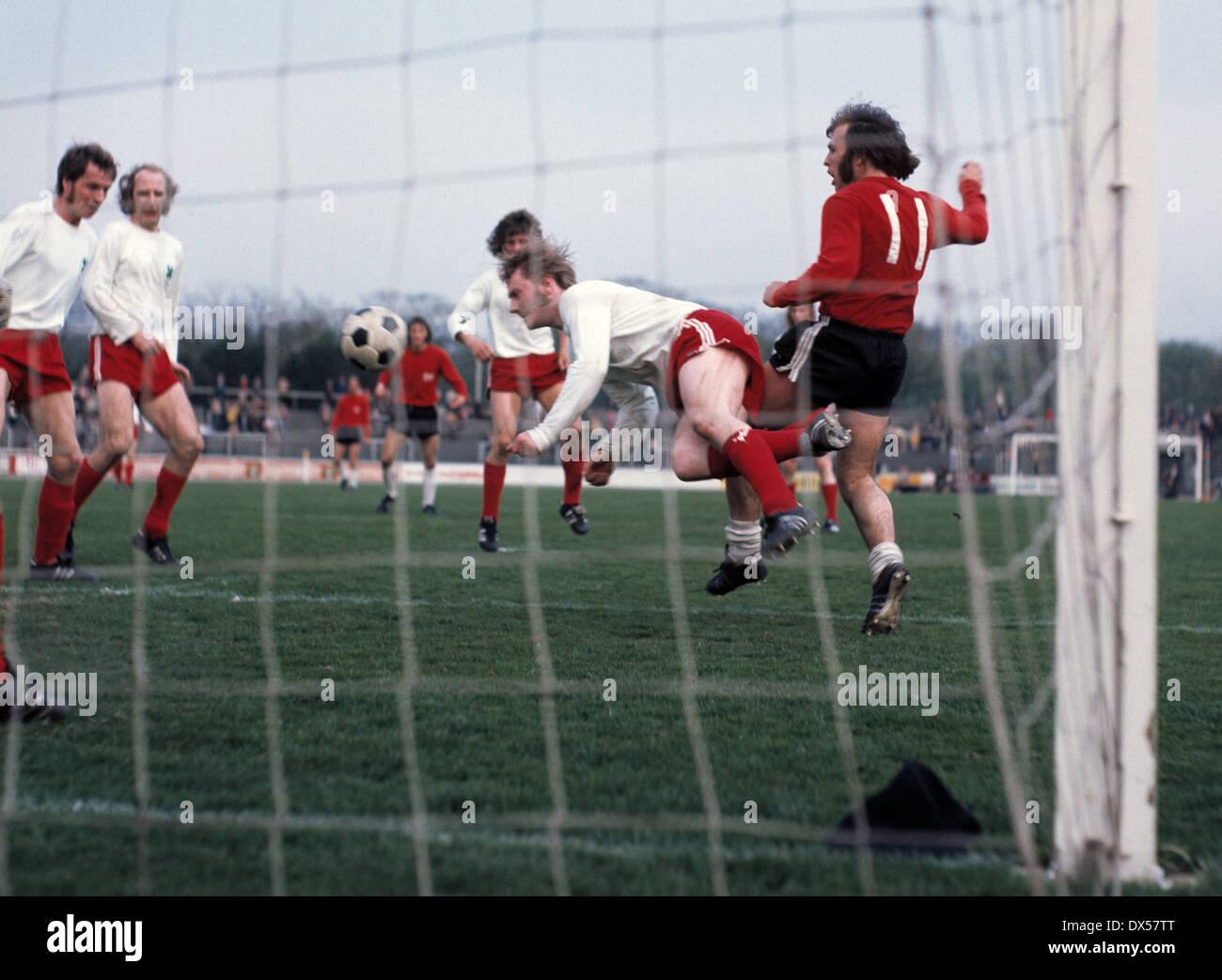 football, Bundesliga, 1972/1973, Niederrheinstadion, Rot Weiss Oberhausen versus Hanover 96 1:0, Friedel Szeimies (RWO) clears by a header before Roland Stegmayer (96) No.11 - Stock Image