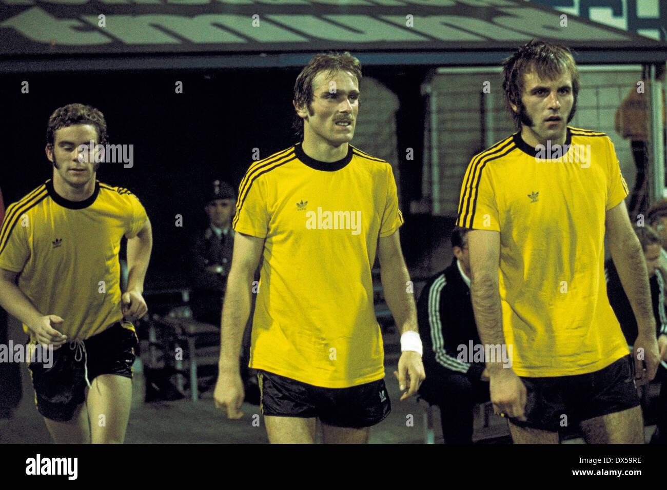 football, 2. Bundesliga Nord, 1974/1975, Westfalen Stadium, Borussia Dortmund versus Rot Weiss Oberhausen 4:0, running-in of Dortmund players to the second half, Hans-Gerd Schildt 2.f.l., Hans-Werner Hartl 3.f.l. - Stock Image
