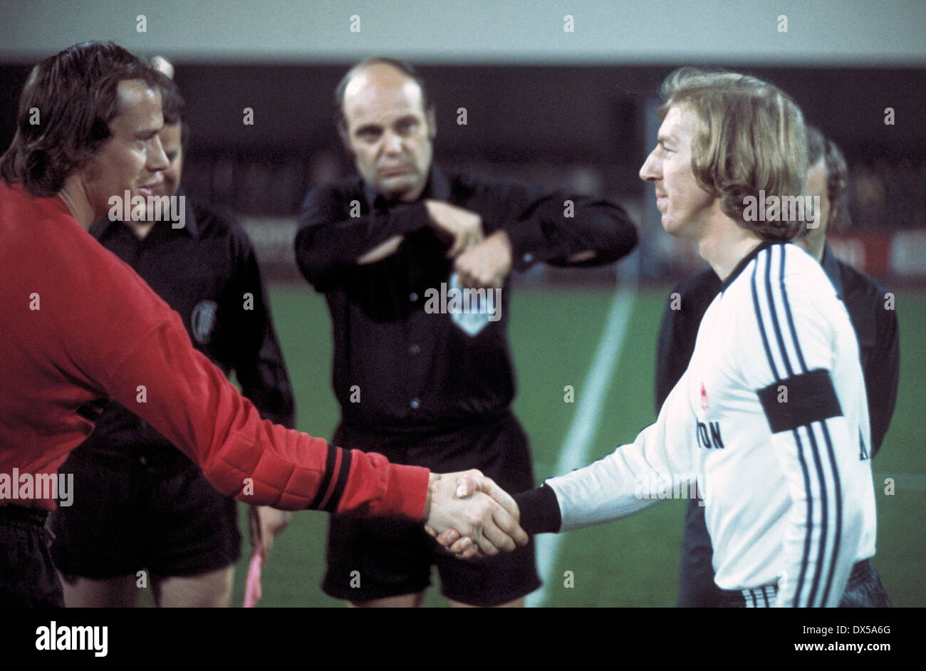 football, Bundesliga, 1974/1975, Stadium an der Castroper Strasse, VfL Bochum versus Eintracht Frankfurt 3:1, welcome by the team leaders keeper Werner Scholz (VfL) left and Juergen Grabowski (Eintracht), behind referee Klaus Ohmsen - Stock Image
