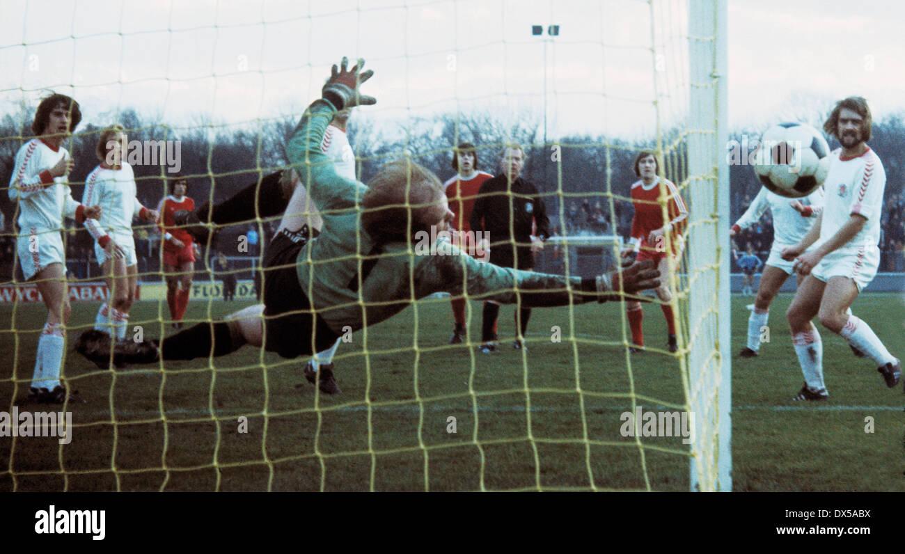 football, 2. Bundesliga Nord, 1974/1975, Niederrheinstadion, Rot Weiss Oberhausen versus FC St. Pauli Hamburg 0:0, scene of the match, left Horst Wohlers (Pauli), flying save of keeper Reinhard Rietzke (Pauli), right Dieter Schiller (Pauli) - Stock Image