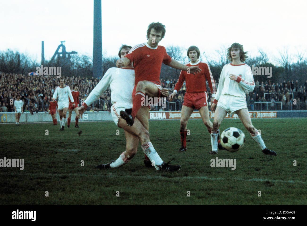 football, 2. Bundesliga Nord, 1974/1975, Niederrheinstadion, Rot Weiss Oberhausen versus FC St. Pauli Hamburg 0:0, scene of the match, Walter Krause (RWO) 2.f.l. fighting for the ball, behind Juergen Jaeger (RWO) 3.f.l. - Stock Image