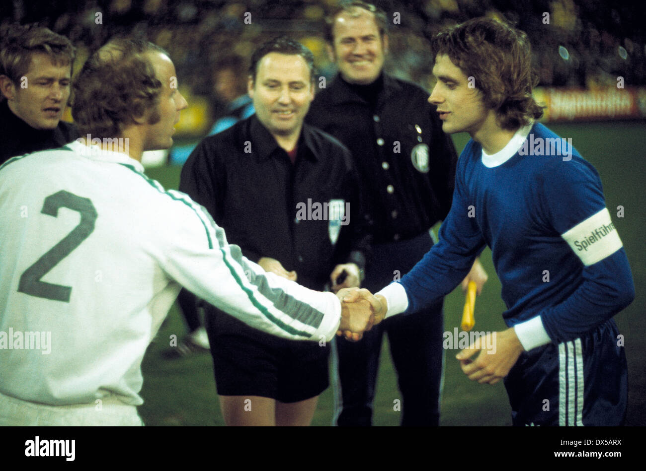 football, Bundesliga, 1974/1975, Stadium am Boekelberg, Borussia Moenchengladbach versus FC Schalke 04 1:0, welcome of the team leaders Berti Vogts (MG) left and Helmut Kremers (S04), behind referee Karl Riegg and assistants - Stock Image