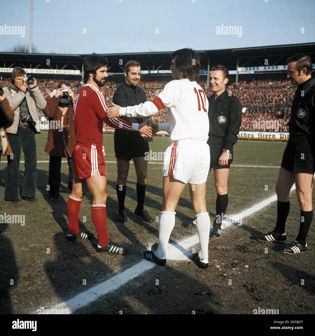 football, Bundesliga, 1974/1975, Radrennbahn Muengersdorf, 1. FC Cologne versus FC Bayern Munich 1:0, welcome, team leaders Gerd Mueller (FCB) left and Wolfgang Overath (Koeln), behind referee Guenter Linn and assistants - Stock Image