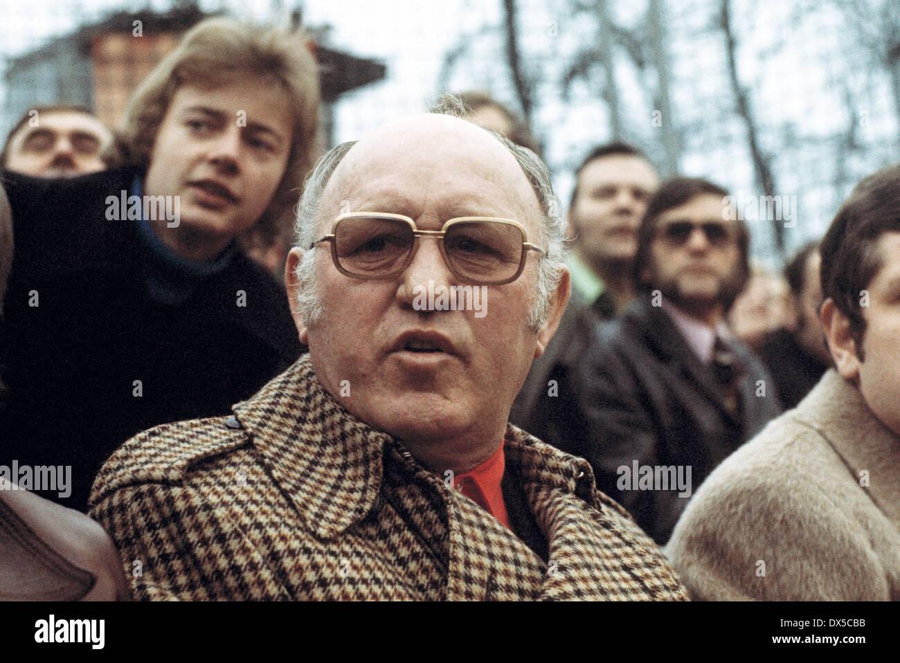 football, 2. Bundesliga Nord, 1974/1975, Stimberg Stadium in Oer-Erkenschwick, SpVgg Erkenschwick versus Hanover 96 0:1, coach Helmut Kronsbein (96) on the coaching bench - Stock Image