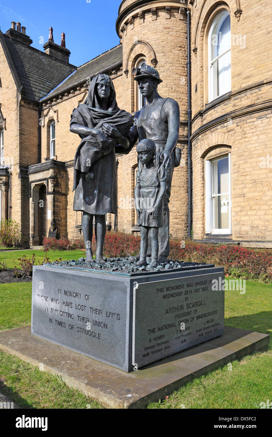 Statue of miner and his family In front of the NUM National Union of Mineworkers offices, Barnsley, South Yorkshire, England, UK. - Stock Image