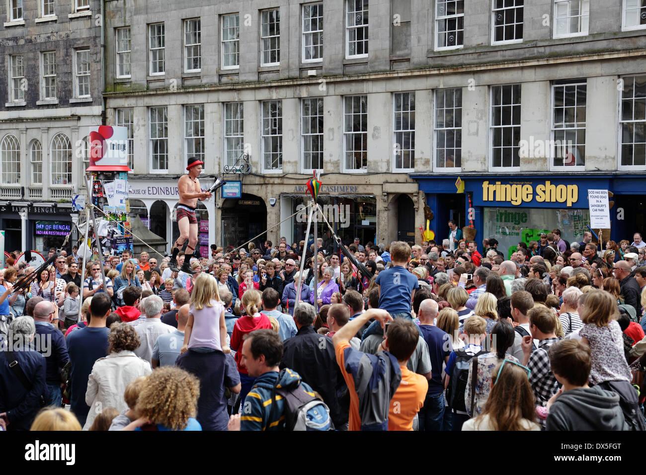 Slack Rope Walker performing on the Royal Mile at the Edinburgh Festival Fringe, Scotland, UK - Stock Image