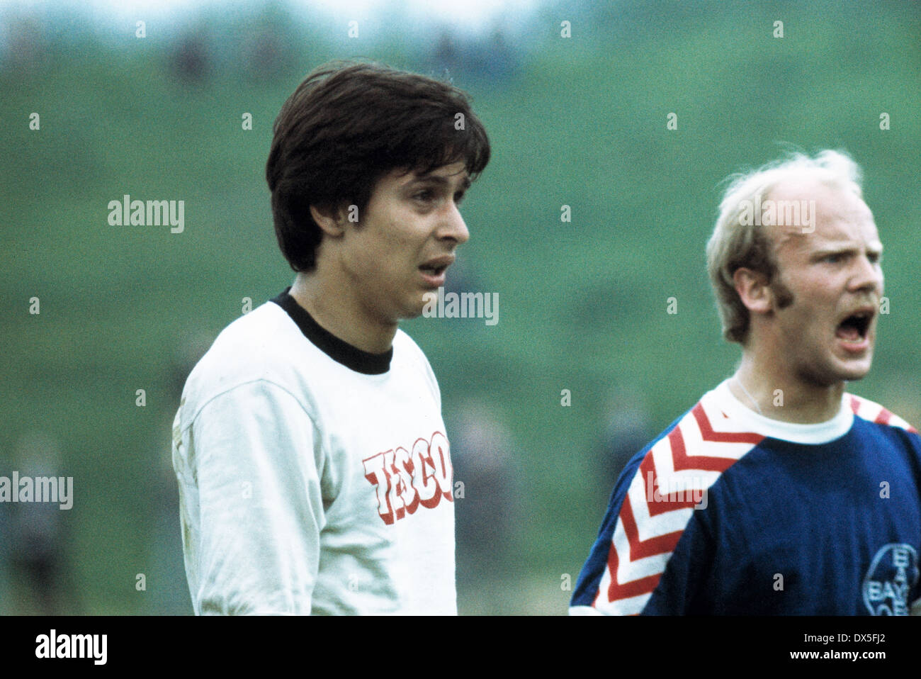 football, 2. Bundesliga Nord, 1974/1975, Stadium am Uhlenkrug, ETB Schwarz Weiss Essen versus FC Bayer 05 Uerdingen 1:2, scene of the match, Holger Trimhold (ETB) left and Lothar Prehn (Bayer) - Stock Image