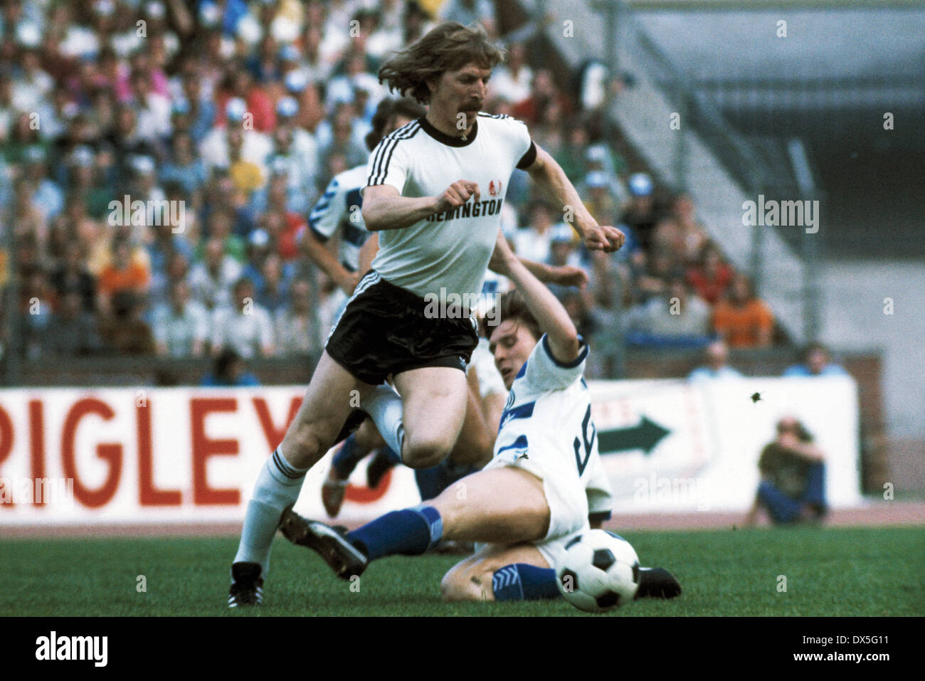 football, DFB Cup, 1974/1975, final, Niedersachsen Stadium in Hanover, Eintracht Frankfurt versus MSV Duisburg 1:0, scene of the match, Juergen Grabowski (Eintracht) at the ball and Ronald Worm (MSV) - Stock Image