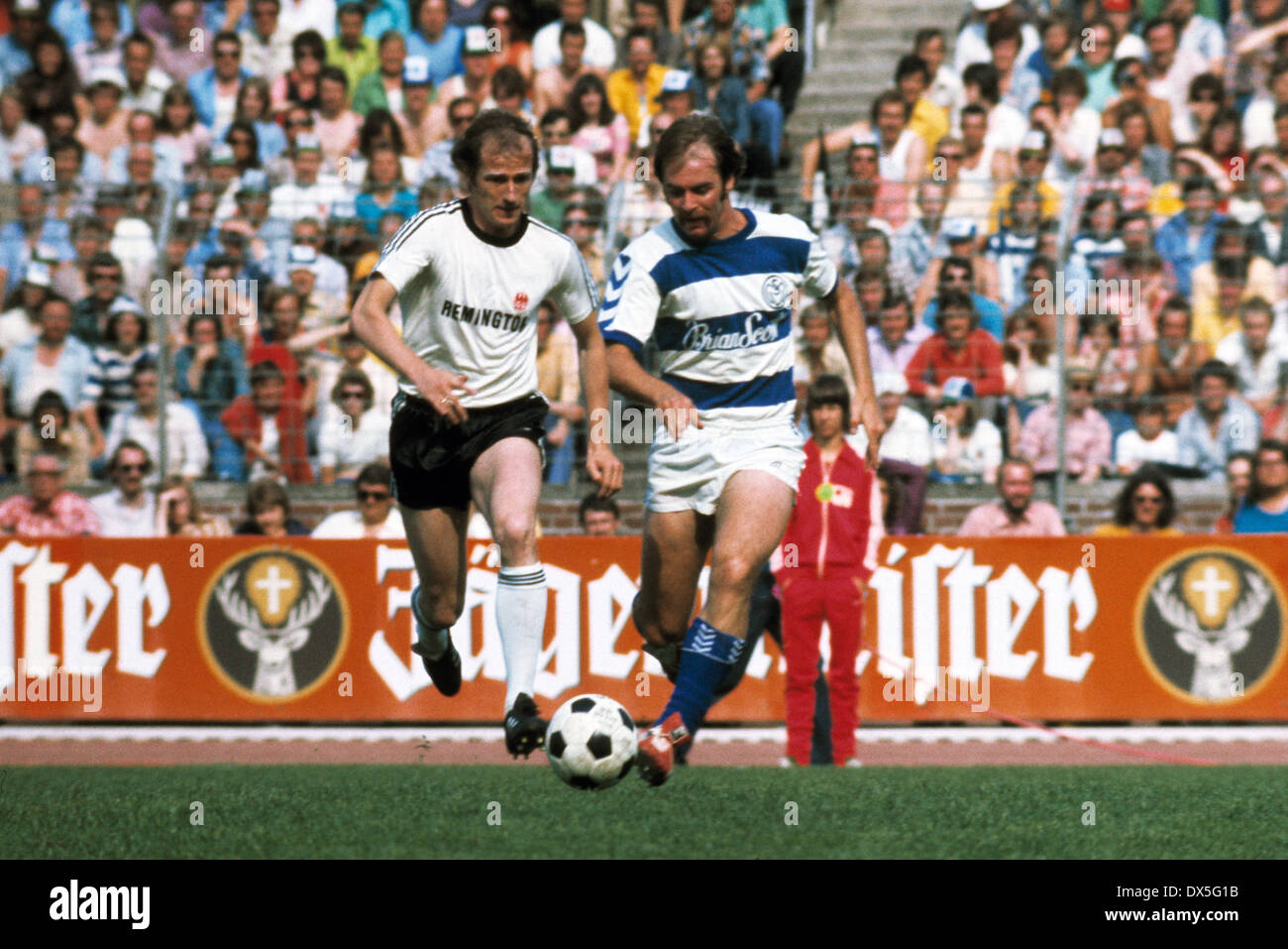 football, DFB Cup, 1974/1975, final, Niedersachsen Stadium in Hanover, Eintracht Frankfurt versus MSV Duisburg 1:0, scene of the match, Willi Neuberger (Eintracht) left and Rudolf Seliger (MSV) - Stock Image