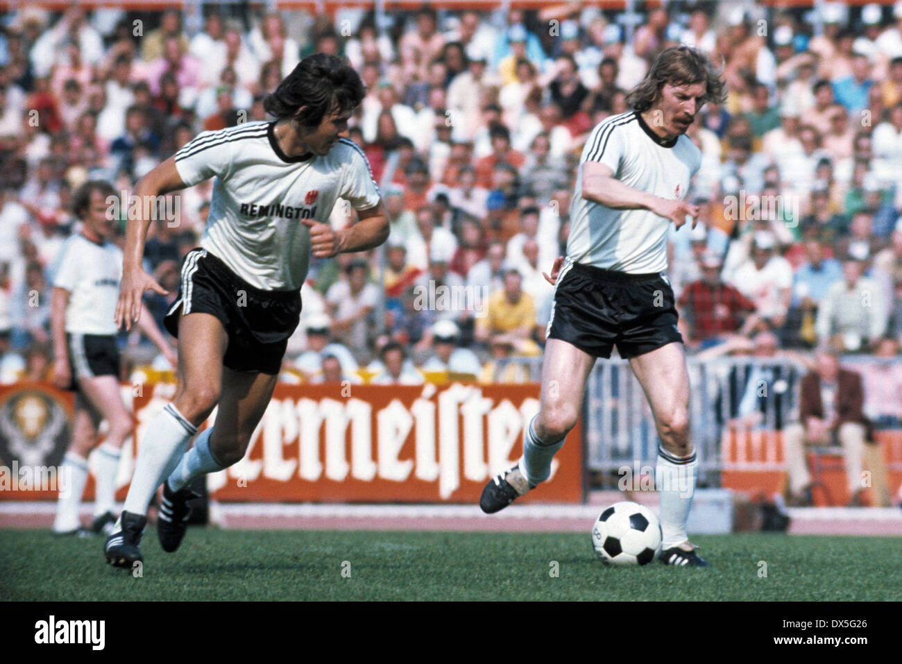 football, DFB Cup, 1974/1975, final, Niedersachsen Stadium in Hanover, Eintracht Frankfurt versus MSV Duisburg 1:0, scene of the match, Klaus Beverungen (Eintracht) left and Juergen Grabowski (Eintracht) - Stock Image