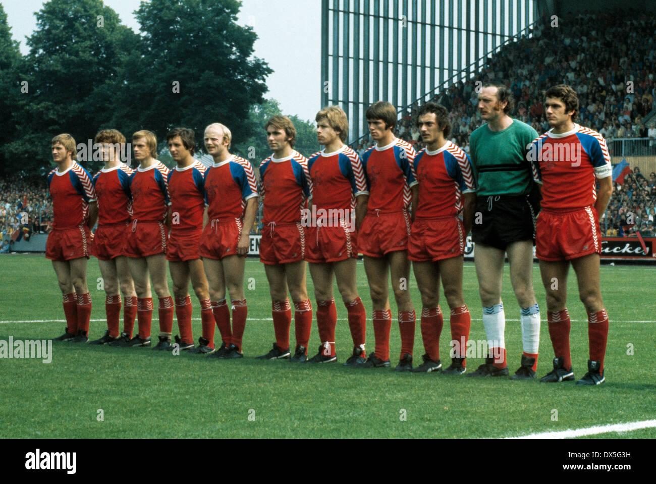 football, 2. Bundesliga Nord, 2. Bundesliga Sued, 1974/1975, relegation match to Bundesliga 1975/1976, return leg, Grotenburg Stadium in Krefeld, FC Bayer 05 Uerdingen versus FK Pirmasens 6:0, team shot Uerdingen, f.l.t.r. Peter Falter, Ludwig Lurz, Klaus - Stock Image