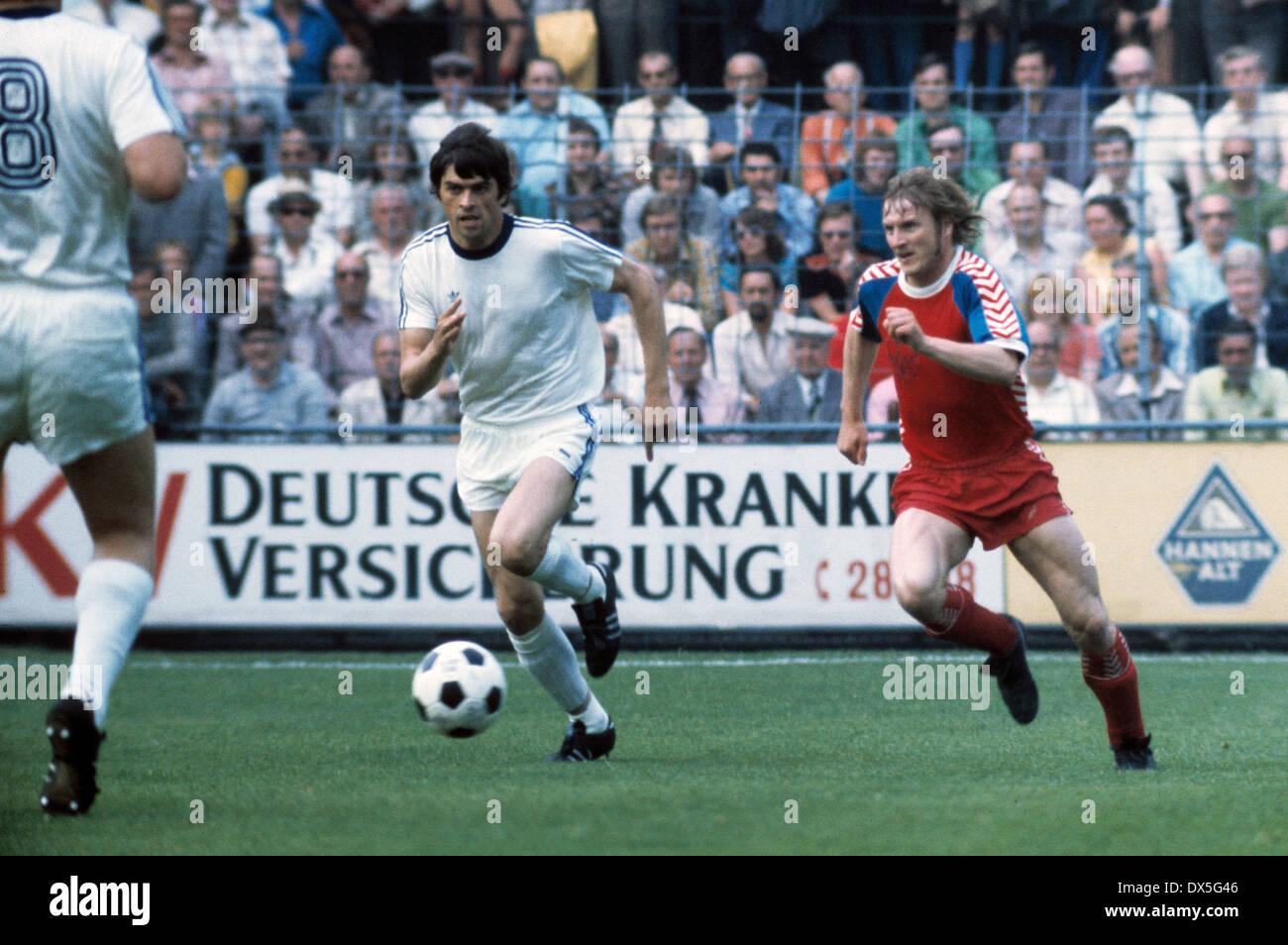 football, 2. Bundesliga Nord, 2. Bundesliga Sued, 1974/1975, relegation match to Bundesliga 1975/1976, return leg, Grotenburg Stadium in Krefeld, FC Bayer 05 Uerdingen versus FK Pirmasens 6:0, scene of the match, Peter Falter (Uerdingen) right and a oppos - Stock Image