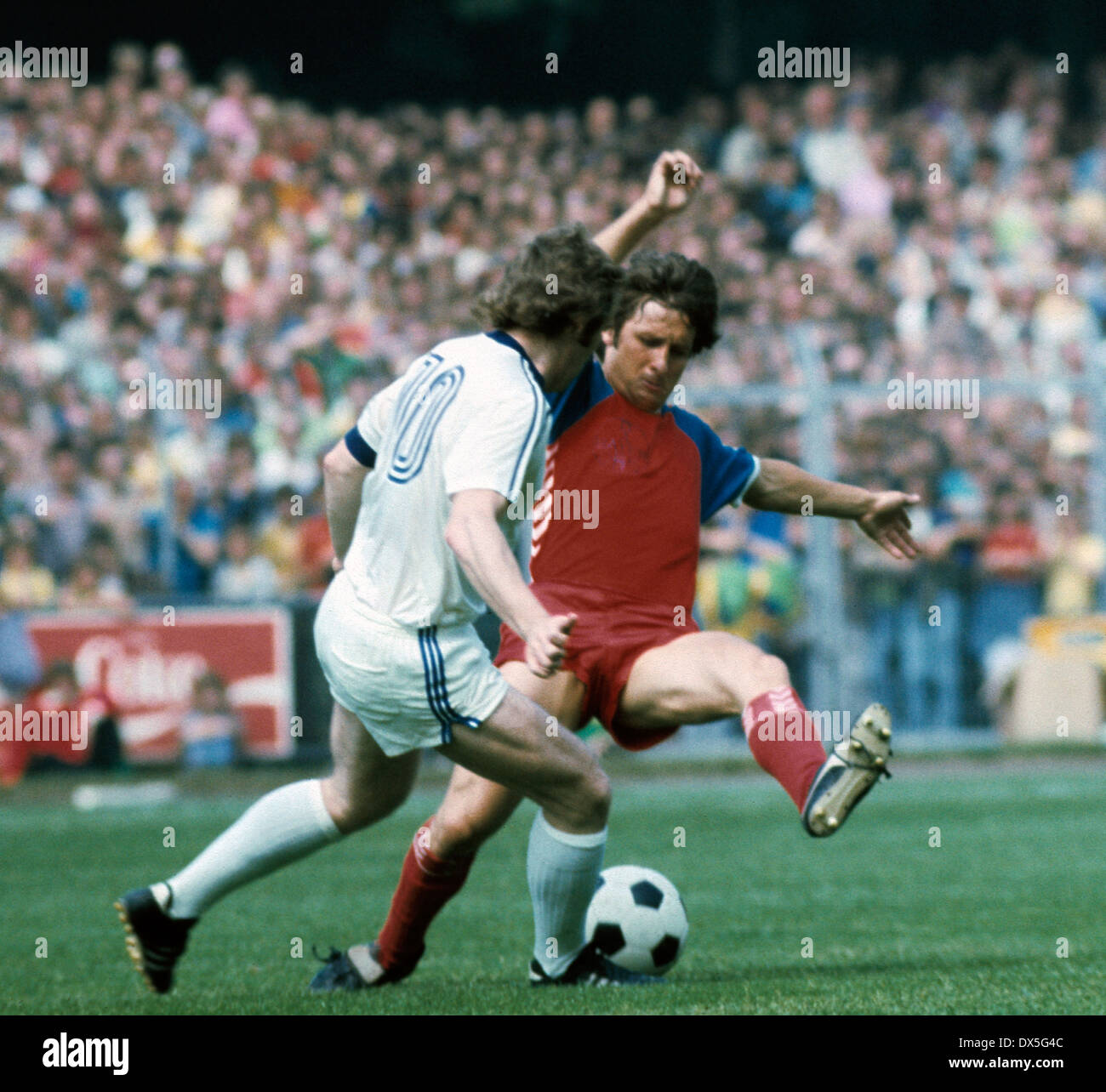 football, 2. Bundesliga Nord, 2. Bundesliga Sued, 1974/1975, relegation match to Bundesliga 1975/1976, return leg, Grotenburg Stadium in Krefeld, FC Bayer 05 Uerdingen versus FK Pirmasens 6:0, scene of the match, Dieter Weinkauff (Pirmasens) left and Hans - Stock Image