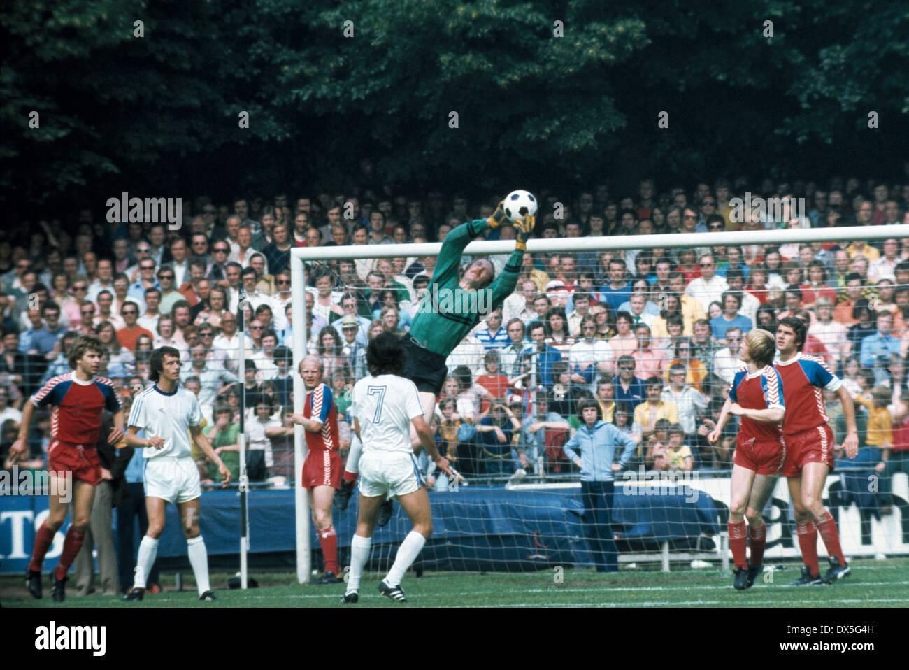 football, 2. Bundesliga Nord, 2. Bundesliga Sued, 1974/1975, relegation match to Bundesliga 1975/1976, return leg, Grotenburg Stadium in Krefeld, FC Bayer 05 Uerdingen versus FK Pirmasens 6:0, flying save by keeper Manfred Kroke (Uerdingen) - Stock Image