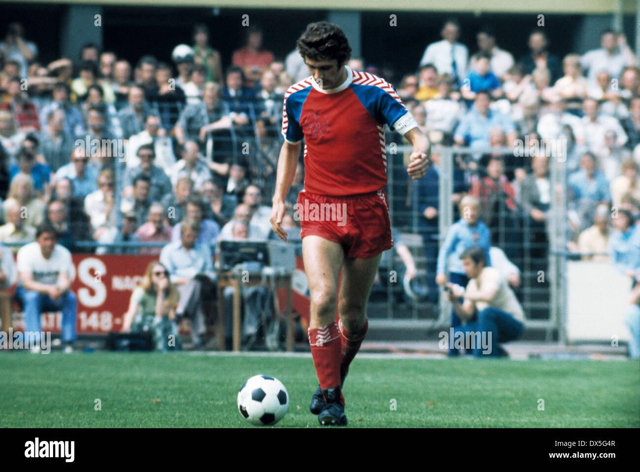 football, 2. Bundesliga Nord, 2. Bundesliga Sued, 1974/1975, relegation match to Bundesliga 1975/1976, return leg, Grotenburg Stadium in Krefeld, FC Bayer 05 Uerdingen versus FK Pirmasens 6:0, team leader Paul Hahn (Uerdingen) in ball possession - Stock Image