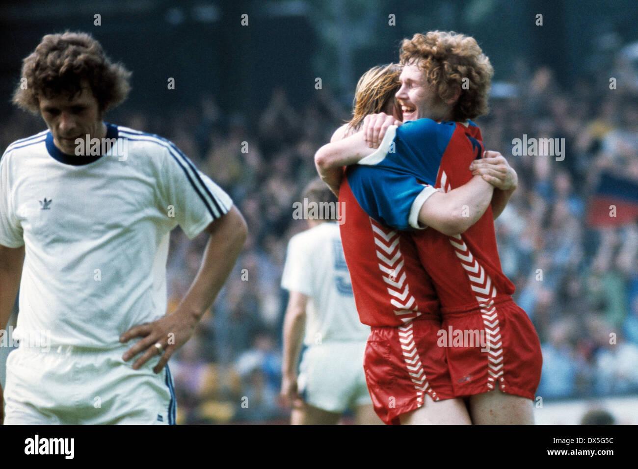 football, 2. Bundesliga Nord, 2. Bundesliga Sued, 1974/1975, relegation match to Bundesliga 1975/1976, return leg, Grotenburg Stadium in Krefeld, FC Bayer 05 Uerdingen versus FK Pirmasens 6:0, rejoicing of the Uerdingen players at 3:0 by Ludwig Lurz (righ - Stock Image