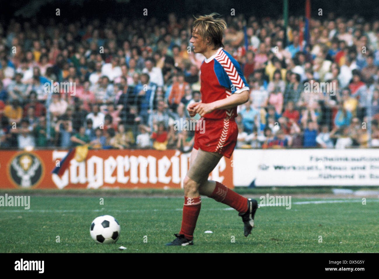 football, 2. Bundesliga Nord, 2. Bundesliga Sued, 1974/1975, relegation match to Bundesliga 1975/1976, return leg, Grotenburg Stadium in Krefeld, FC Bayer 05 Uerdingen versus FK Pirmasens 6:0, scene of the match, Klaus Lenzke (Uerdingen) in ball possessio - Stock Image
