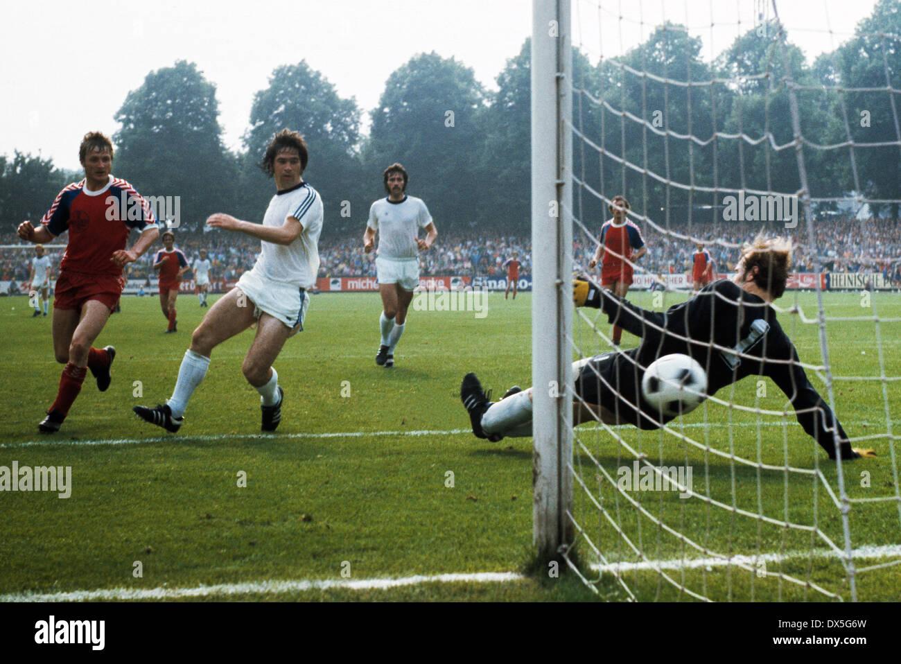 football, 2. Bundesliga Nord, 2. Bundesliga Sued, 1974/1975, relegation match to Bundesliga 1975/1976, return leg, Grotenburg Stadium in Krefeld, FC Bayer 05 Uerdingen versus FK Pirmasens 6:0, scene of the match, Peter Falter (Uerdingen) left scores a goa - Stock Image