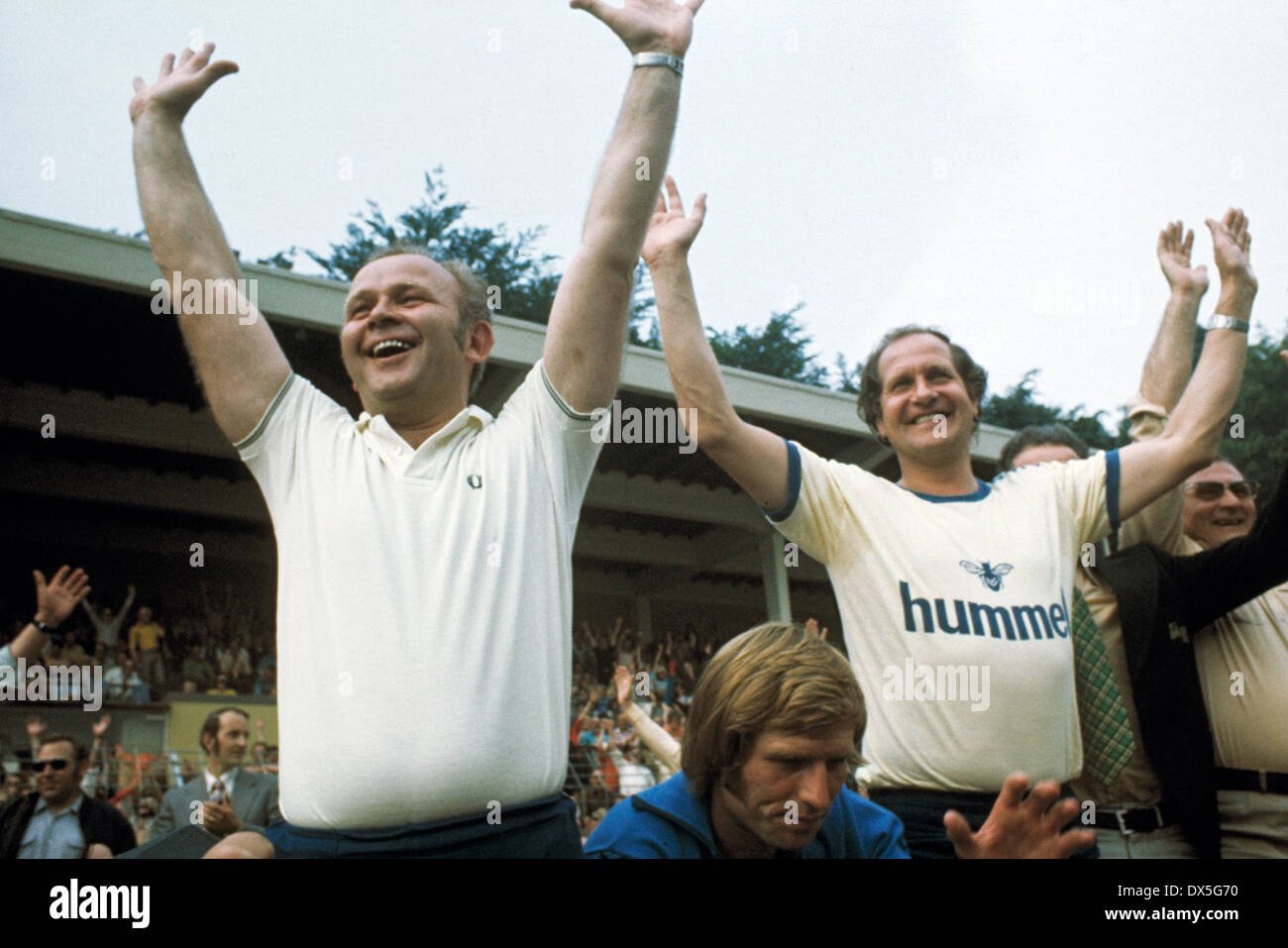 football, 2. Bundesliga Nord, 2. Bundesliga Sued, 1974/1975, relegation match to Bundesliga 1975/1976, return leg, Grotenburg Stadium in Krefeld, FC Bayer 05 Uerdingen versus FK Pirmasens 6:0, coach Klaus Quinkert (Uerdingen) right and physio Max Spielman - Stock Image