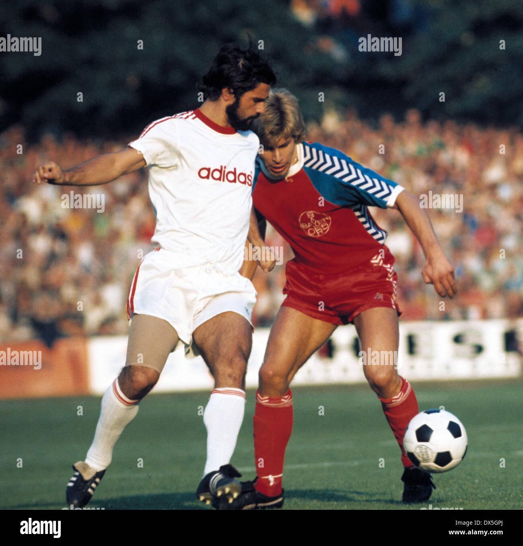 football, Bundesliga, 1975/1976, Grotenburg Stadium, FC Bayer 05 Uerdingen versus FC Bayern Munich 2:1, scene of the match, Gerd Mueller (FCB) left and Norbert Brinkmann (Uerdingen) - Stock Image