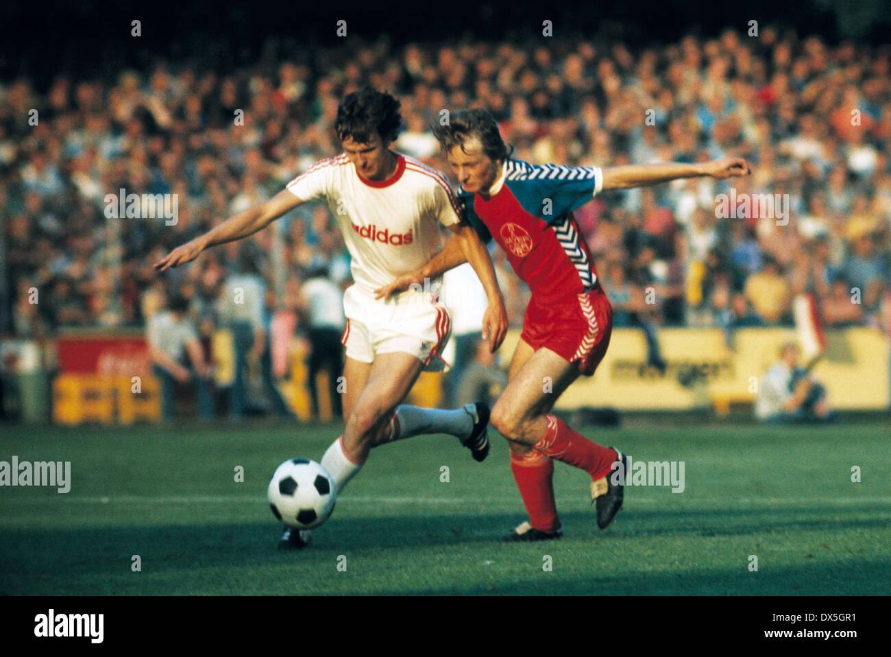 football, Bundesliga, 1975/1976, Grotenburg Stadium, FC Bayer 05 Uerdingen versus FC Bayern Munich 2:1, scene of the match, Klaus Wunder (FCB) left and Lorenz-Guenter Koestner (Uerdingen) - Stock Image
