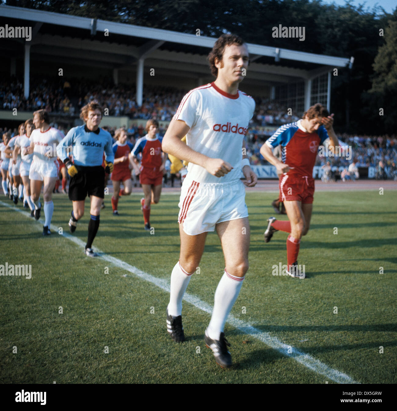 football, Bundesliga, 1975/1976, Grotenburg Stadium, FC Bayer 05 Uerdingen versus FC Bayern Munich 2:1, running-in of the teams, team leaders Paul Hahn (Uerdingen) right and Franz Beckenbauer (FCB) ahead, behind keeper Sepp Maier (FCB) - Stock Image