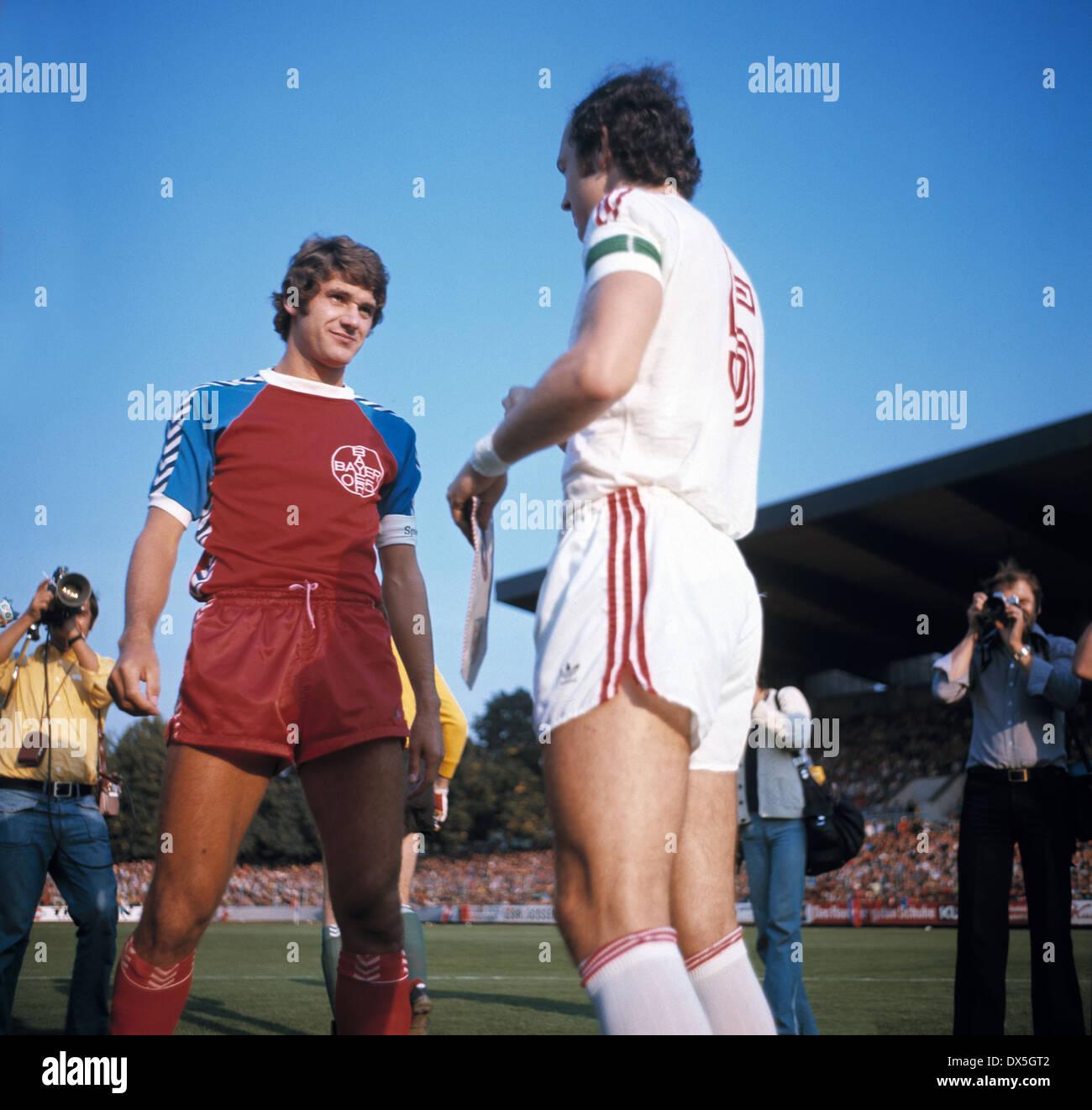 football, Bundesliga, 1975/1976, Grotenburg Stadium, FC Bayer 05 Uerdingen versus FC Bayern Munich 2:1, welcome of the team leaders Paul Hahn (Uerdingen) left and Franz Beckenbauer (FCB) - Stock Image