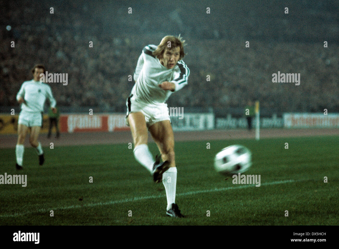 football, European Champion Clubs Cup, Champions League, 1975/1976, last sixteen, first leg, Rhine Stadium Duesseldorf, Borussia Moenchengladbach versus Juventus Turin 2:0, shot on goal by Henning Jensen (MG) - Stock Image