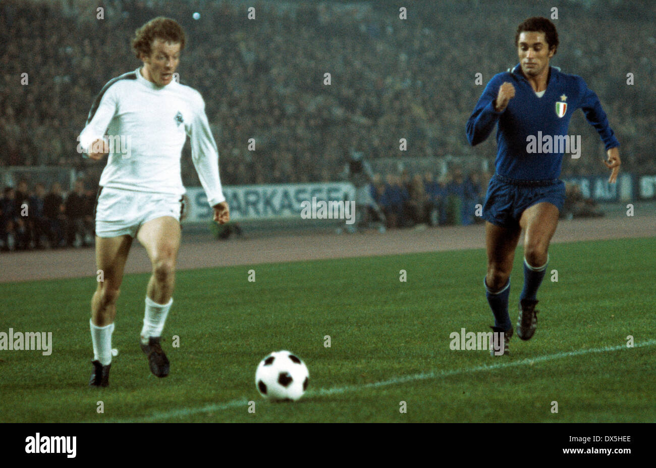football, European Champion Clubs Cup, Champions League, 1975/1976, last sixteen, first leg, Rhine Stadium Duesseldorf, Borussia Moenchengladbach versus Juventus Turin 2:0, scene of the match, Herbert Wimmer (MG) left and Claudio Gentile (Juve) - Stock Image