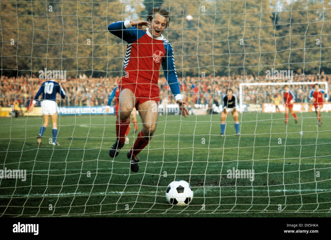 football, Bundesliga, 1975/1976, Grotenburg Stadium, FC Bayer 05 Uerdingen versus FC Schalke 04 3:2, Lorenz-Guenther Koestner (Uerdingen) rejoicing at his goal for 3:1 by penalty resulting from a foul - Stock Image