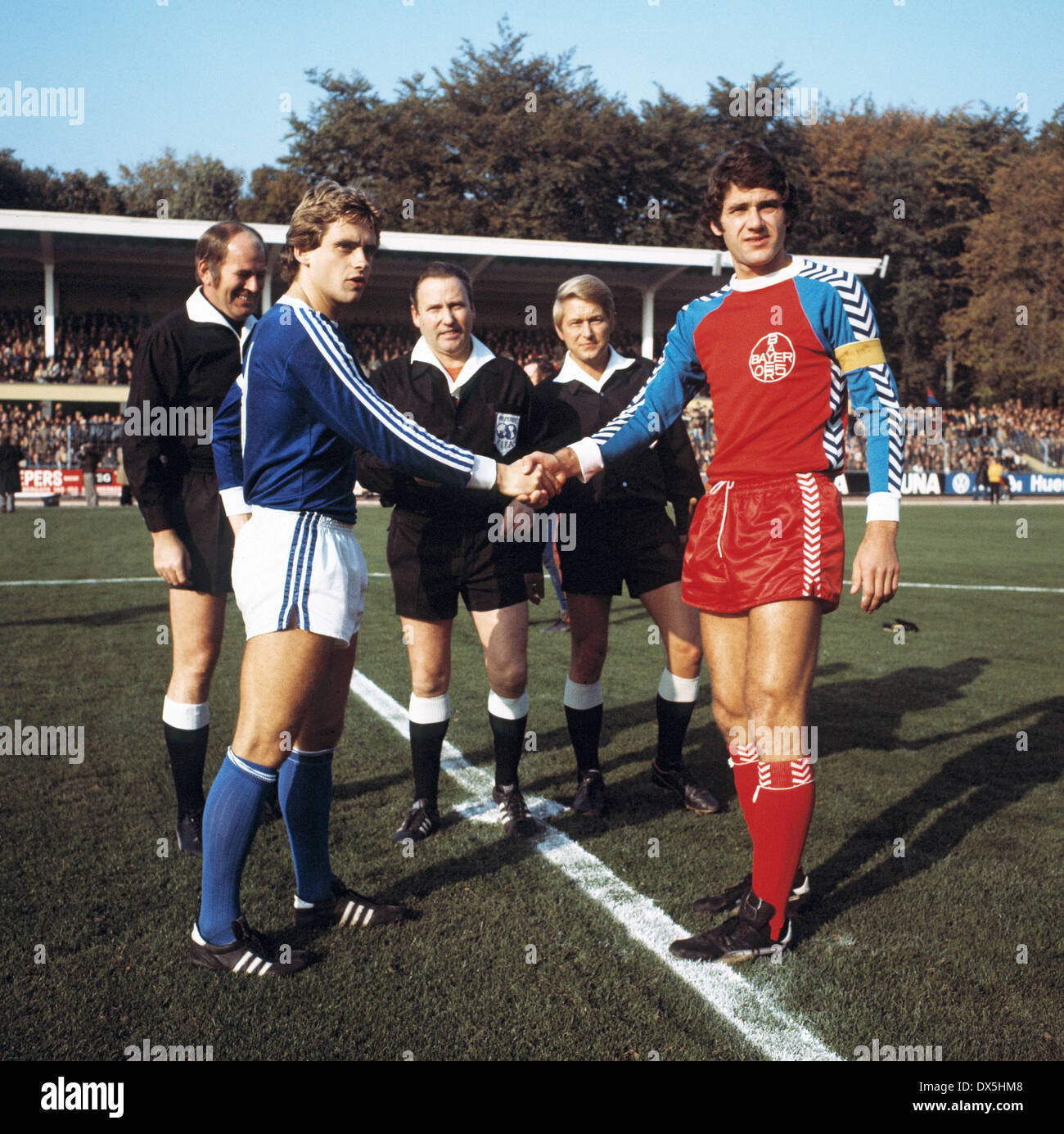 football, Bundesliga, 1975/1976, Grotenburg Stadium, FC Bayer 05 Uerdingen versus FC Schalke 04 3:2, welcome of the team leaders Helmut Kremers (S04) left and Paul Hahn (Uerdingen), behind referee Karl Riegg and assistants - Stock Image