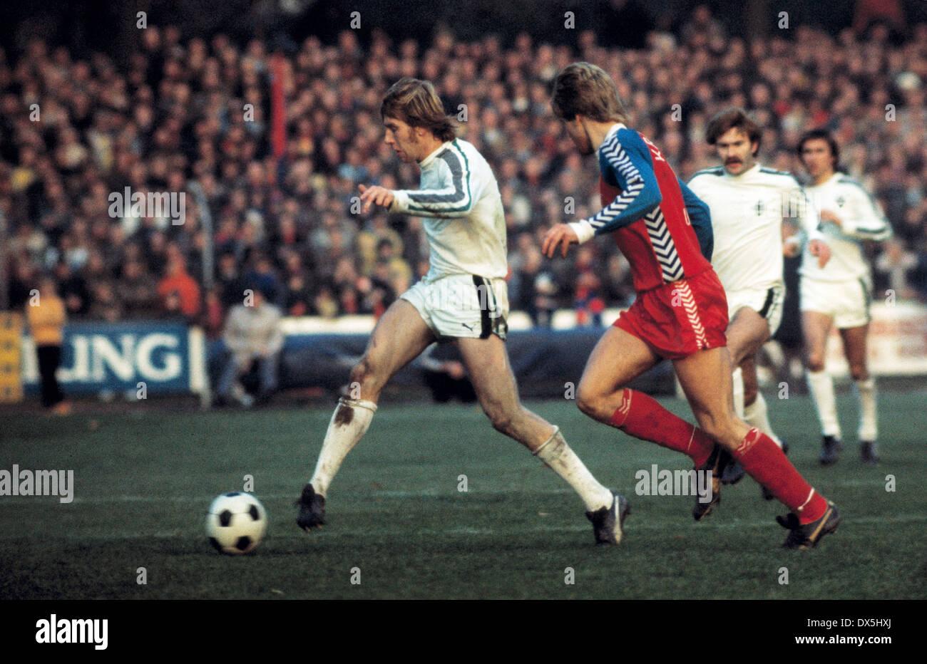 football, Bundesliga, 1975/1976, Grotenburg Stadium, FC Bayer 05 Uerdingen versus Borussia Moenchengladbach 1:1, scene of the match, Henning Jensen (MG) in ball possession - Stock Image