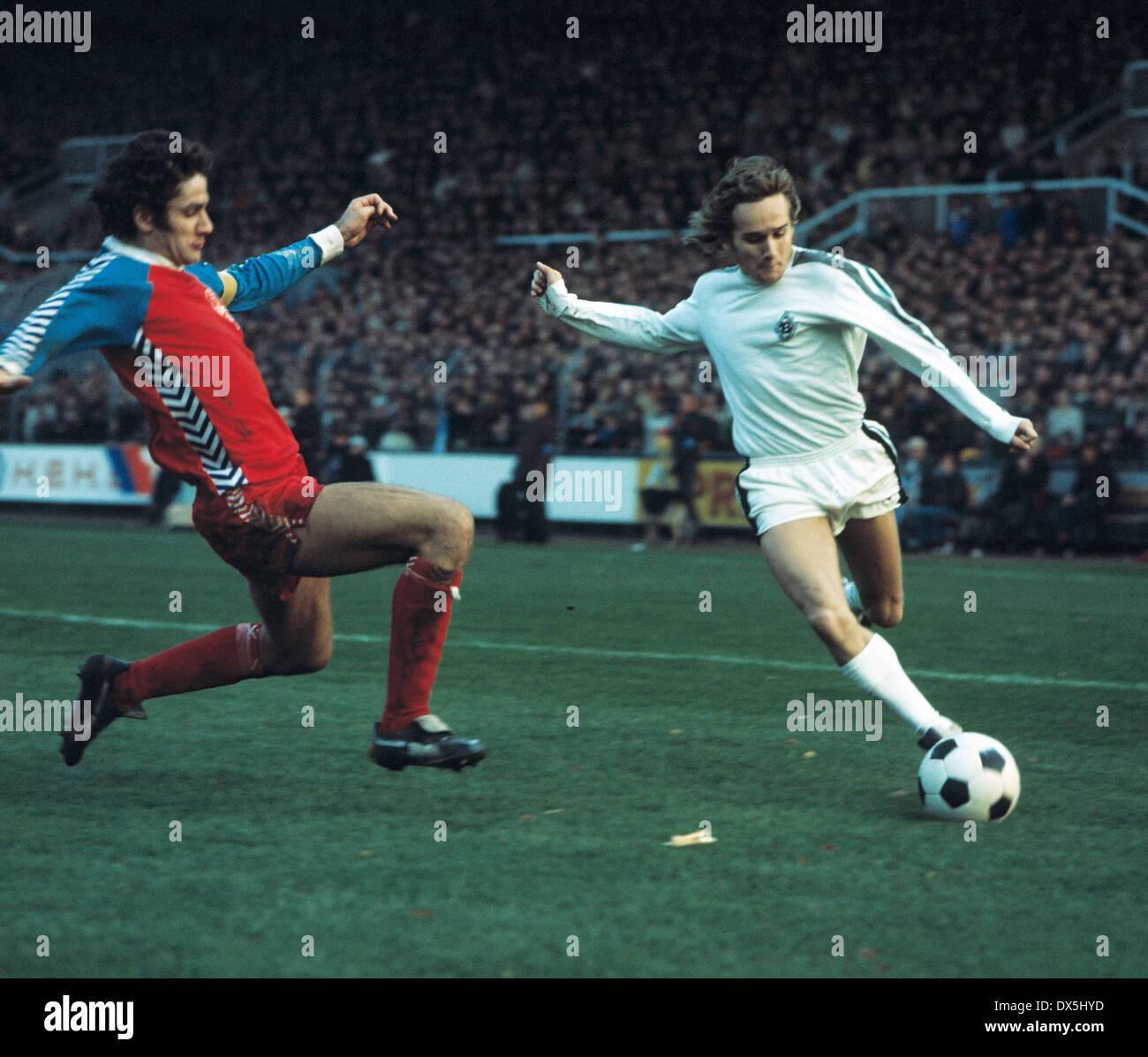 football, Bundesliga, 1975/1976, Grotenburg Stadium, FC Bayer 05 Uerdingen versus Borussia Moenchengladbach 1:1, scene of the match, Allan Simonsen (MG) right and Paul Hahn (Uerdingen) - Stock Image