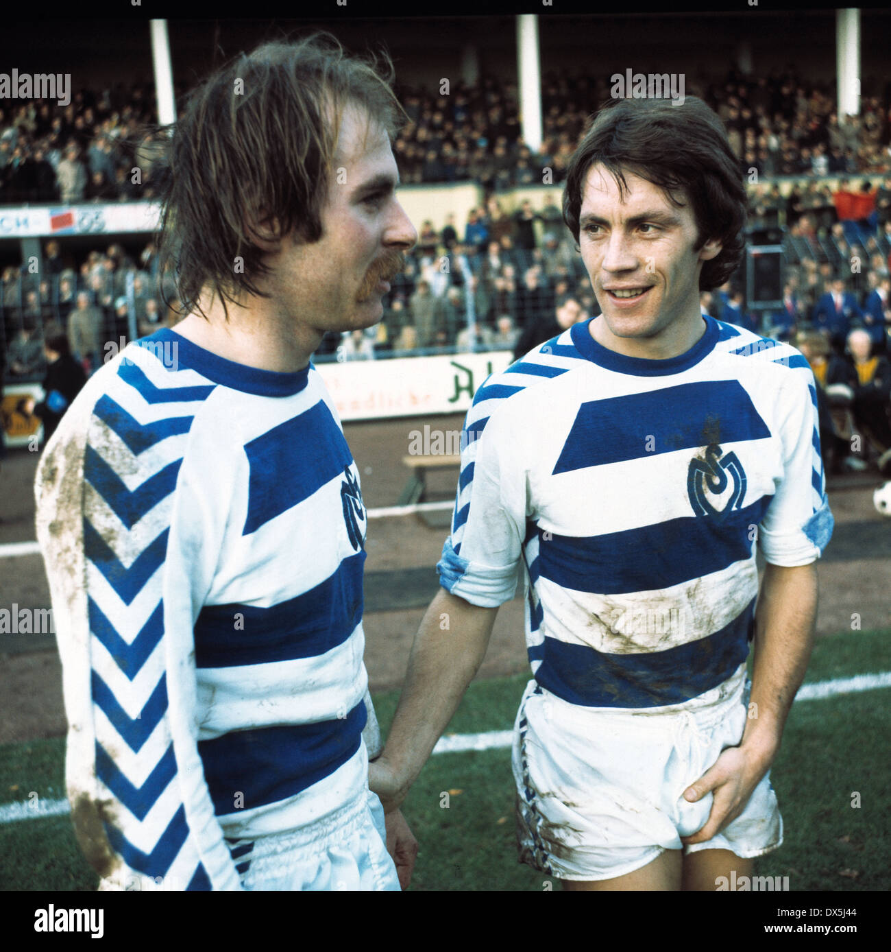 football, Bundesliga, 1975/1976, Grotenburg Stadium, FC Bayer 05 Uerdingen versus MSV Duisburg 0:4, return to second half, Rudolf Seliger (MSV) left and Theo Buecker (MSV) - Stock Image