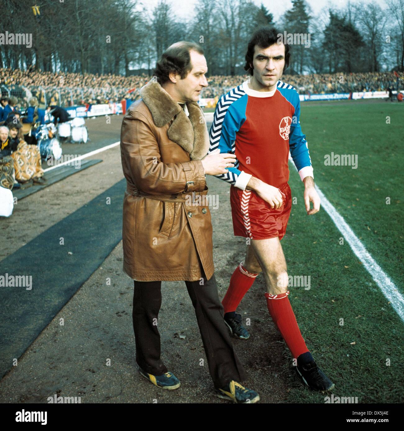 football, Bundesliga, 1975/1976, Grotenburg Stadium, FC Bayer 05 Uerdingen versus MSV Duisburg 0:4, return to second half, coach Klaus Quinkert (05) left briefing Heinz Mostert (05) - Stock Image