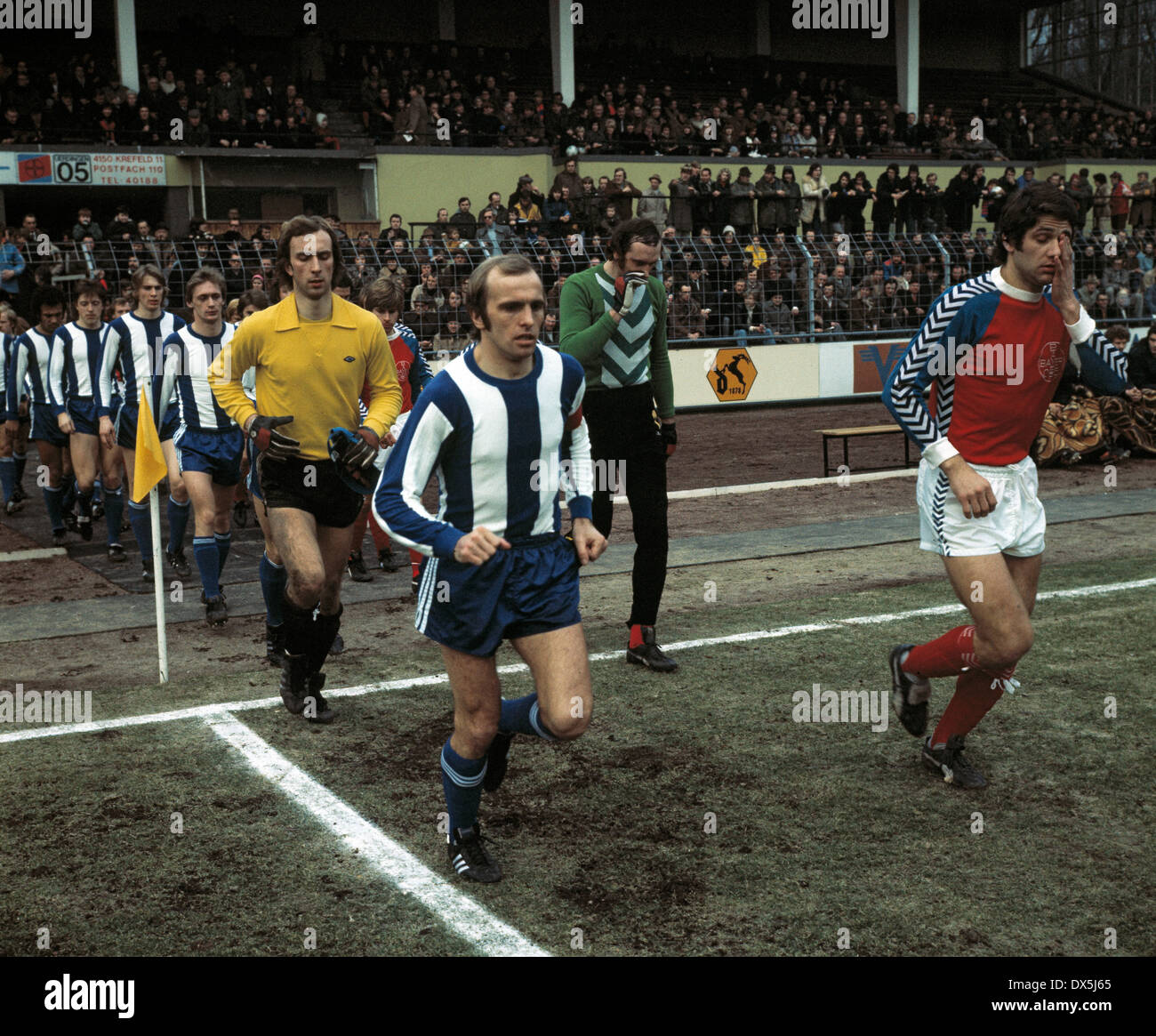 football, Bundesliga, 1975/1976, Grotenburg Stadium, FC Bayer 05 Uerdingen versus Hertha BSC Berlin 1:1, running-in of the teams, ahead the team leaders Erich Beer (Hertha) left and Paul Hahn (05), behind the keepers Thomas Zander (Hertha) left and Manfre - Stock Image