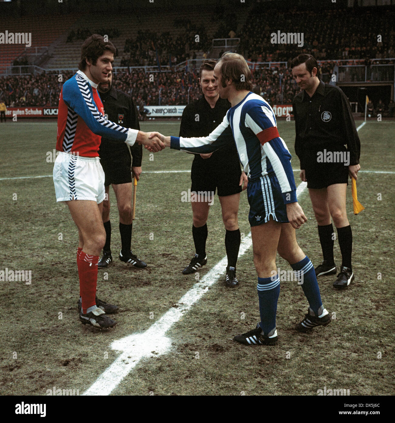 football, Bundesliga, 1975/1976, Grotenburg Stadium, FC Bayer 05 Uerdingen versus Hertha BSC Berlin 1:1, welcome, team leaders Paul Hahn (05) left and Erich Beer (Hertha), behind referee Guenter Linn and assistants - Stock Image
