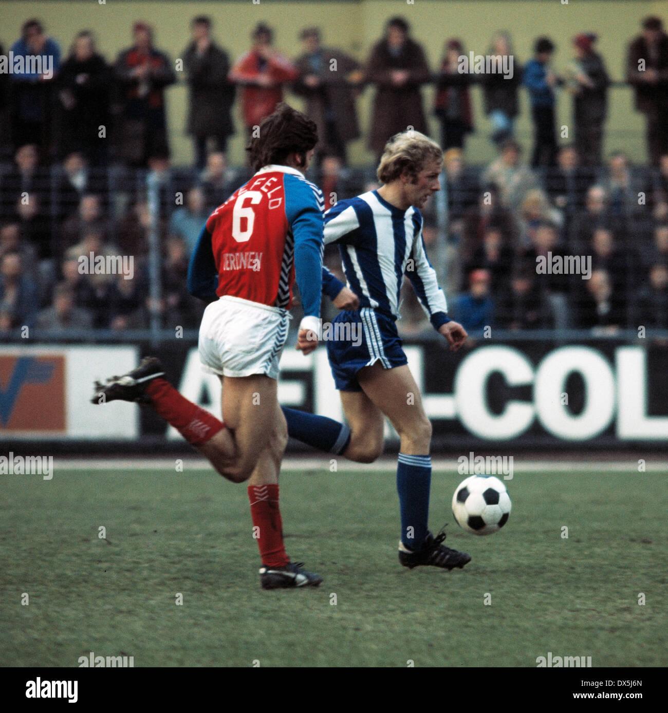 football, Bundesliga, 1975/1976, Grotenburg Stadium, FC Bayer 05 Uerdingen versus Hertha BSC Berlin 1:1, scene of the match, Holger Brueck (Hertha) in ball possession - Stock Image