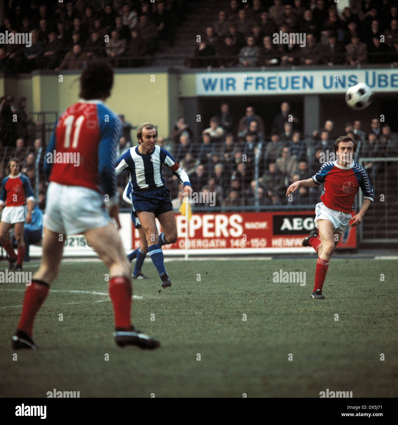 football, Bundesliga, 1975/1976, Grotenburg Stadium, FC Bayer 05 Uerdingen versus Hertha BSC Berlin 1:1, scene of the match, long-range shot by team leader Erich Beer (Hertha), right Horst Riege (05) - Stock Image