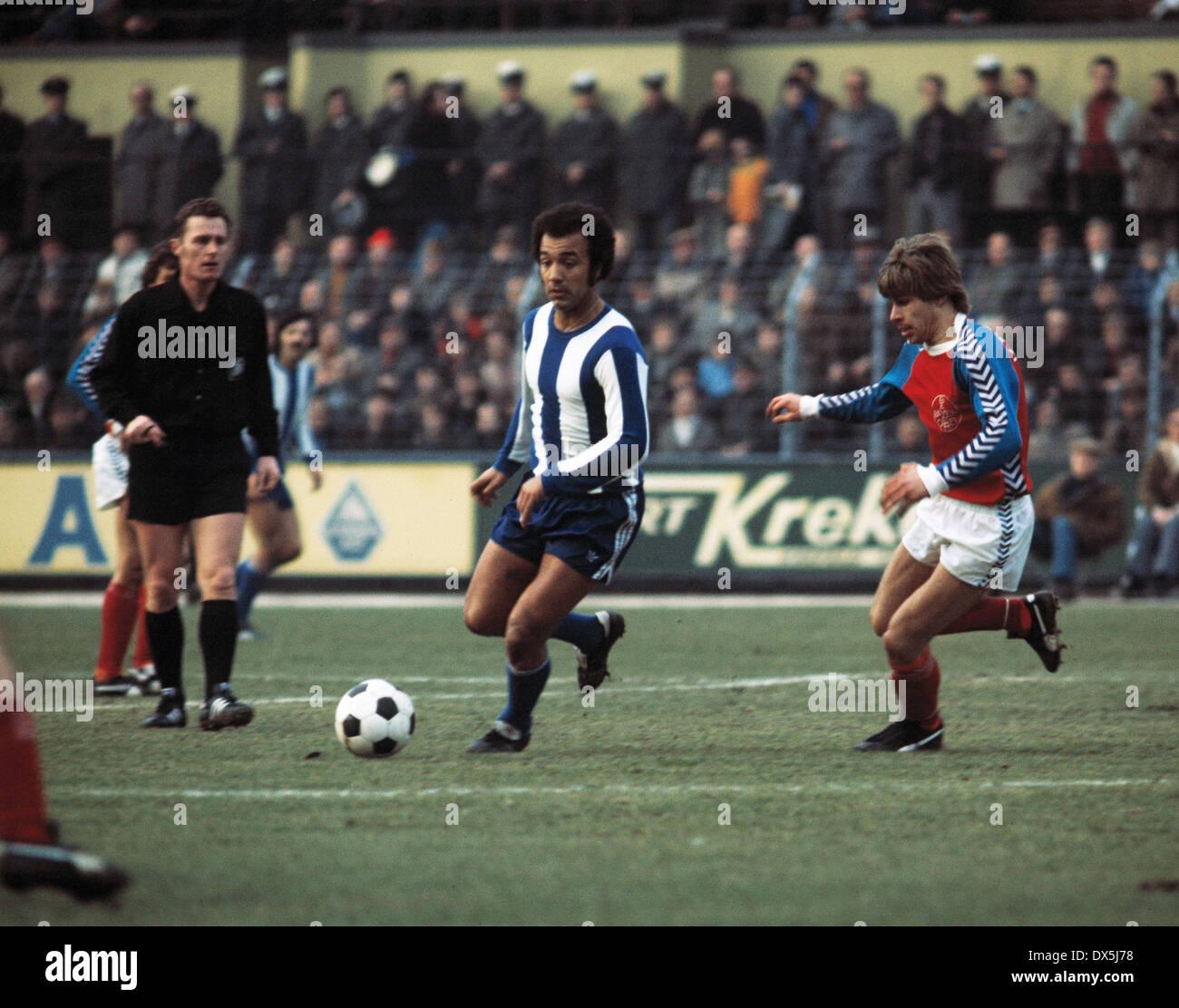 football, Bundesliga, 1975/1976, Grotenburg Stadium, FC Bayer 05 Uerdingen versus Hertha BSC Berlin 1:1, scene of the match, f.l.t.r. referee Guenter Linn, Erwin Kostedde (Hertha), Norbert Brinkmann (05) - Stock Image