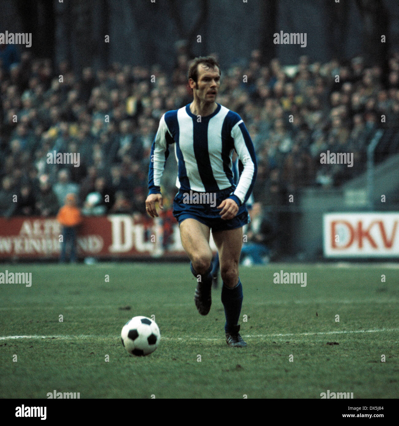 football, Bundesliga, 1975/1976, Grotenburg Stadium, FC Bayer 05 Uerdingen versus Hertha BSC Berlin 1:1, scene of the match, Erwin Hermandung (Hertha) in ball possession - Stock Image