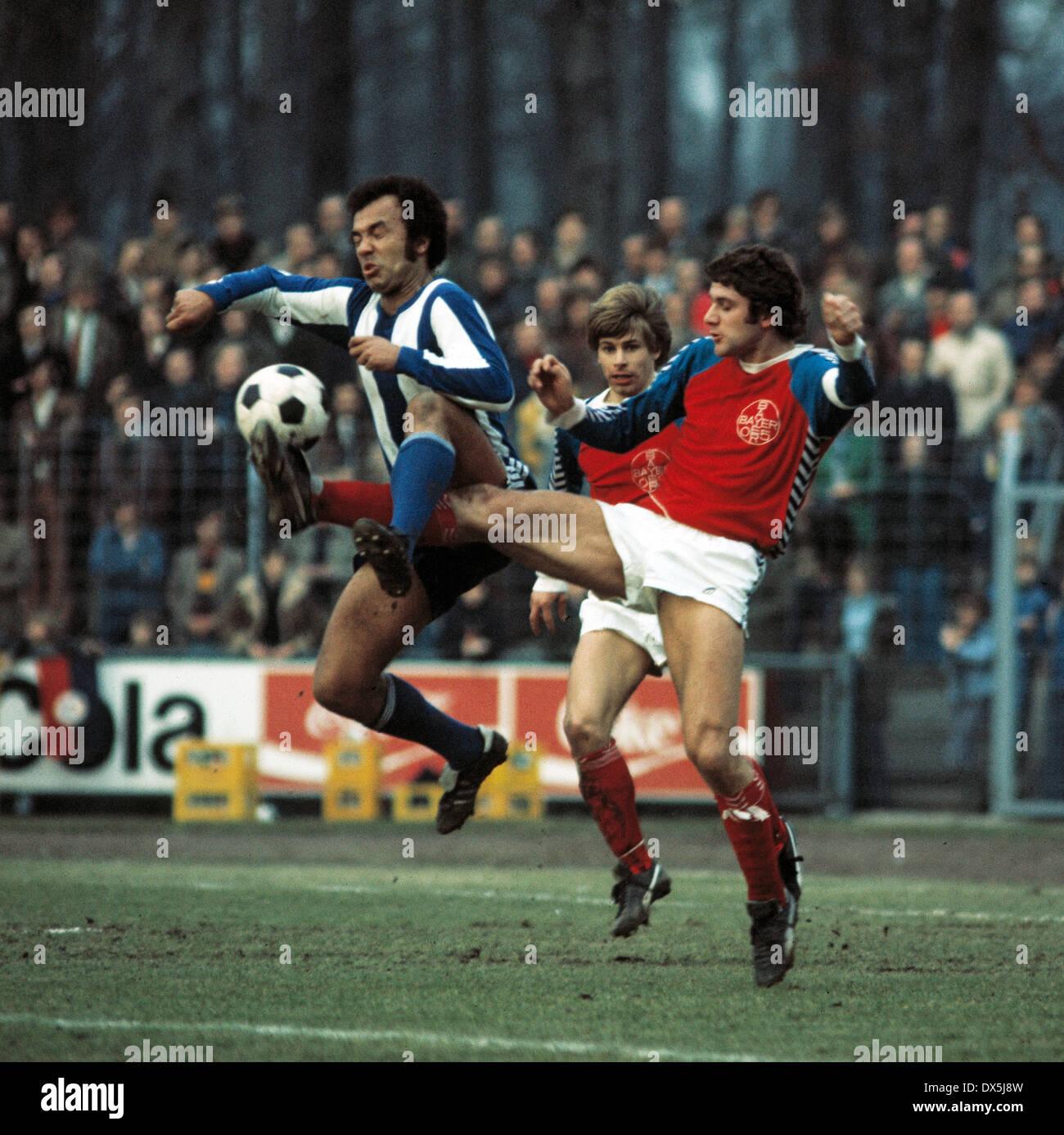 football, Bundesliga, 1975/1976, Grotenburg Stadium, FC Bayer 05 Uerdingen versus Hertha BSC Berlin 1:1, scene of the match, tackling, Erwin Kostedde (Hertha) left and Paul Hahn (05), behind Norbert Brinkmann (05) - Stock Image