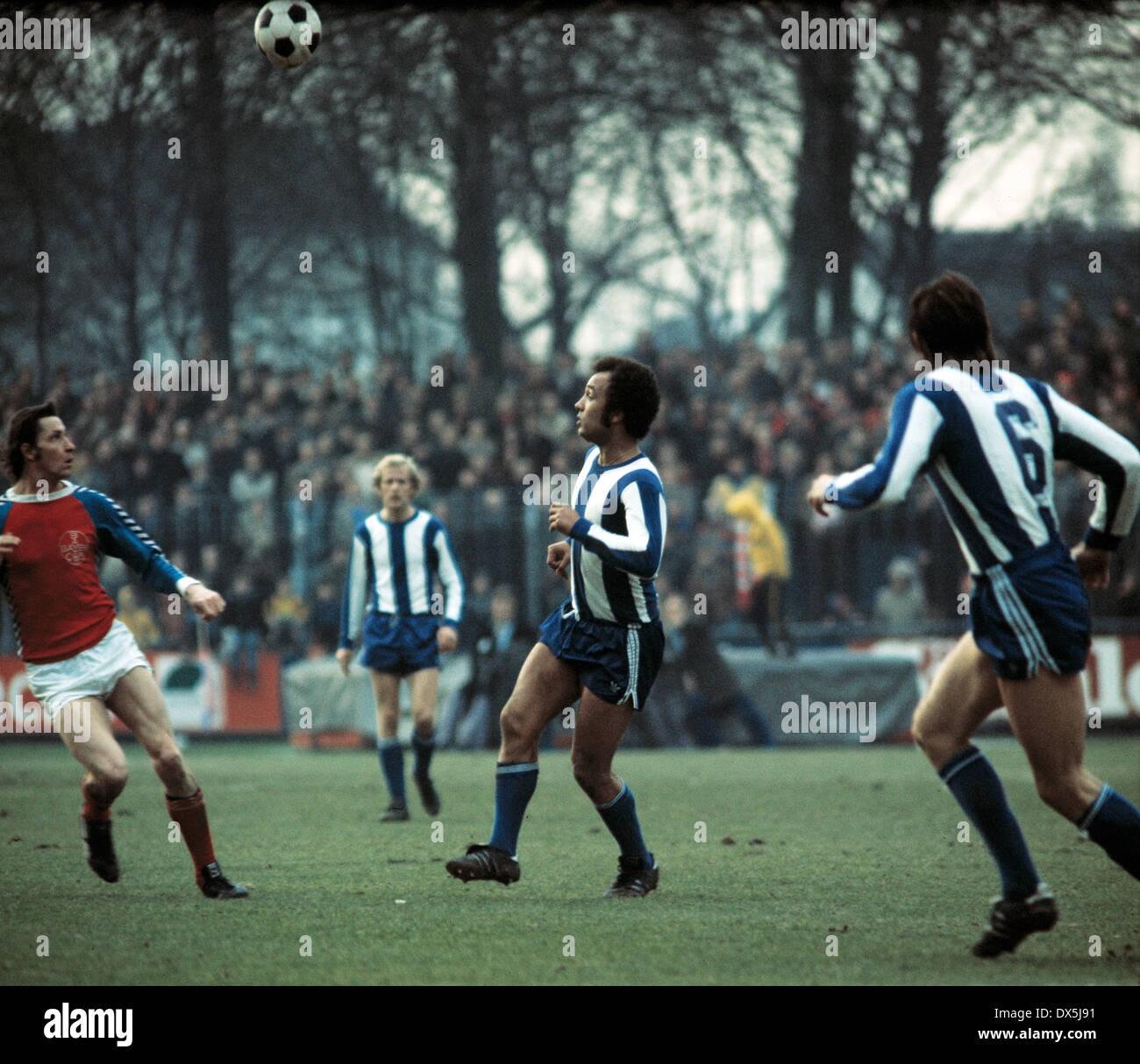 football, Bundesliga, 1975/1976, Grotenburg Stadium, FC Bayer 05 Uerdingen versus Hertha BSC Berlin 1:1, scene of the match, Georg Kottan (05) left and Erwin Kostedde (Hertha) seeking for the ball - Stock Image