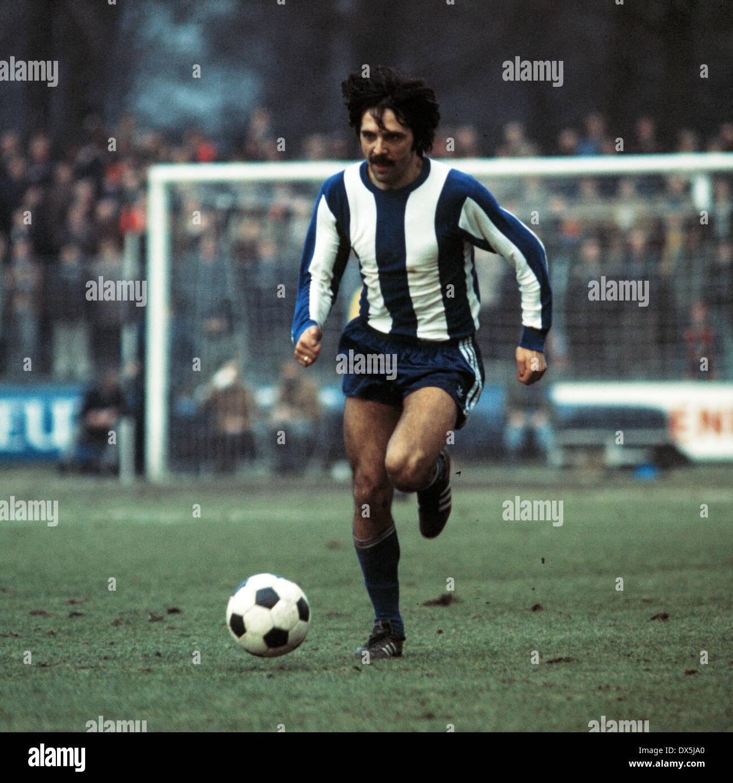 football, Bundesliga, 1975/1976, Grotenburg Stadium, FC Bayer 05 Uerdingen versus Hertha BSC Berlin 1:1, scene of the match, Gerhard Grau (Hertha) in ball possession - Stock Image