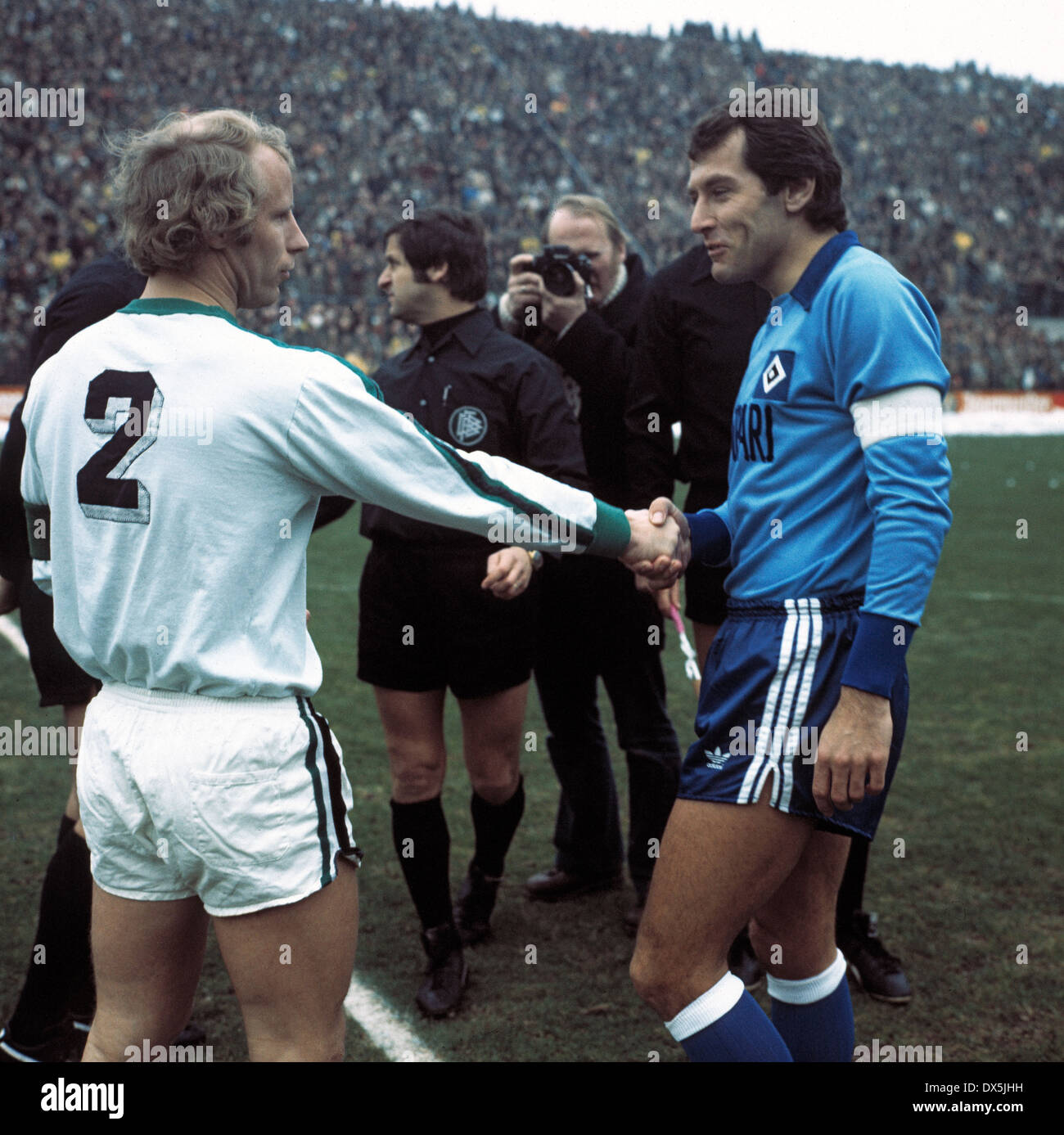 football, Bundesliga, 1975/1976, Stadium am Boekelberg, Borussia Moenchengladbach versus Hamburger SV 1:1, welcome, team leaders Berti Vogts (MG) left and Georg Volkert (HSV), behind referee Heinz Quindeau and assistants - Stock Image