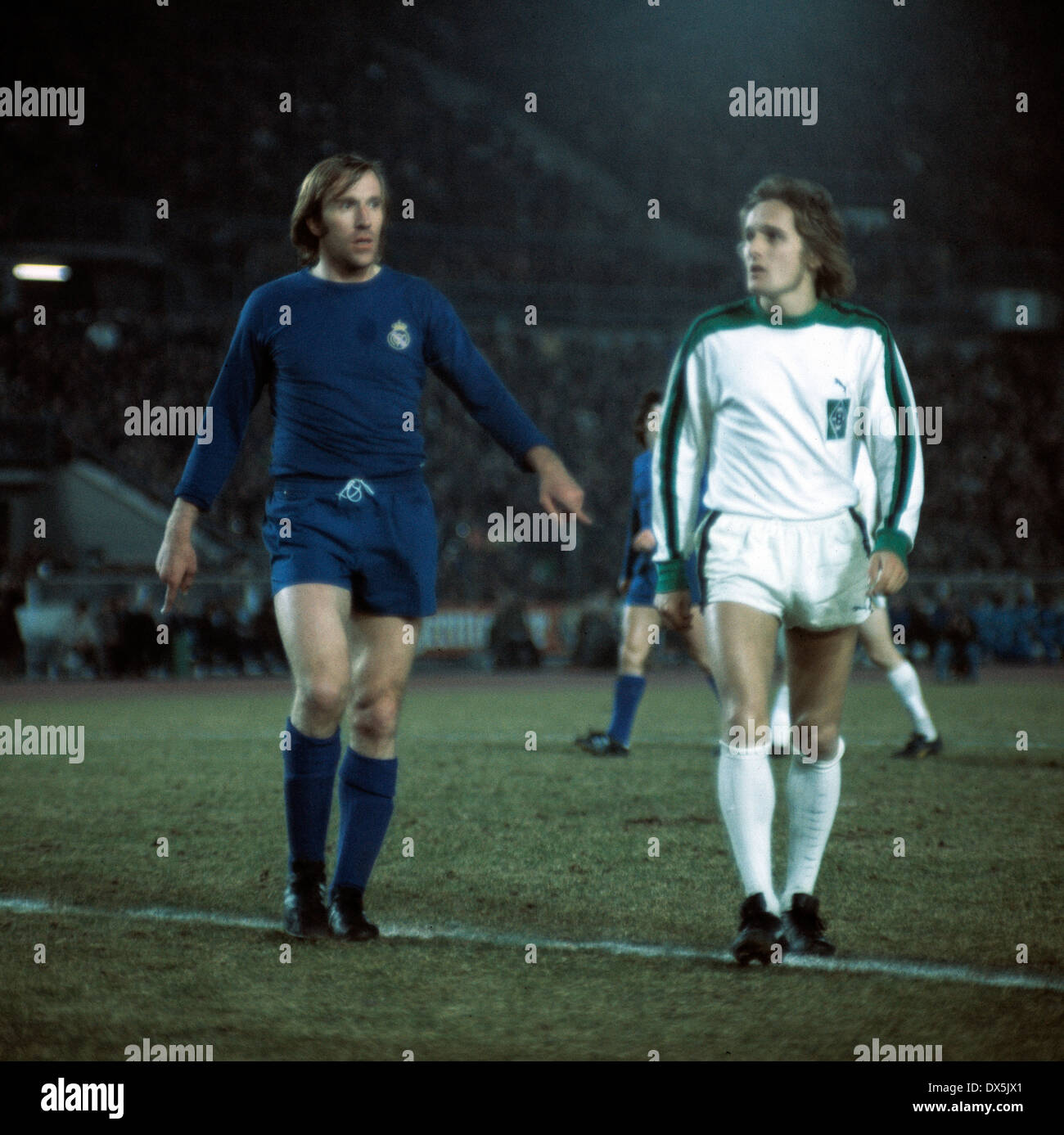 football, European Champion Clubs Cup, Champions League, 1975/1976, quarterfinal, first leg, Rhine Stadium Duesseldorf, Borussia Moenchengladbach versus Real Madrid 2:2, scene of the match, Guenter Netzer (Real) left and Allan Simonsen (MG) - Stock Image