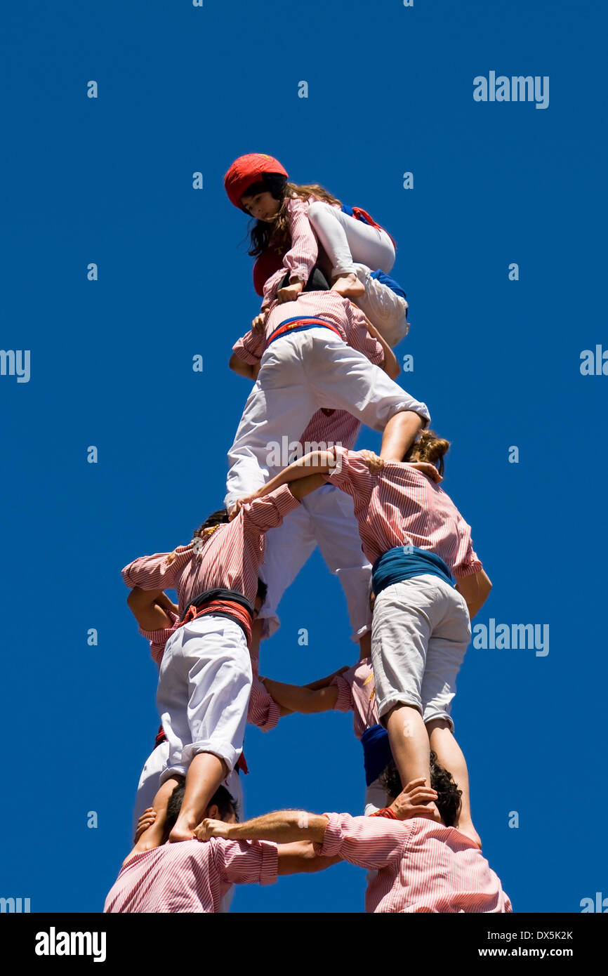 The Castellers 'Xiquets de Tarragona' performing a traditional catalan human pyramid on April 29, 2012 in Barcelona, Spain. - Stock Image