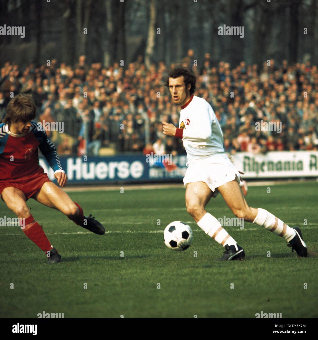 football, Bundesliga, 1975/1976, Grotenburg Stadium, FC Bayer 05 Uerdingen versus Fortuna Duesseldorf 2:0, scene of the match, Norbert Brinkmann (05) left and Jan Mattsson (Fortuna) - Stock Image