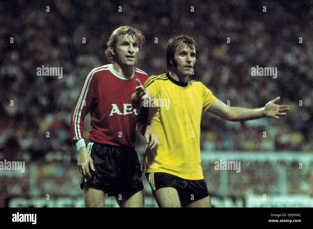 football, 2. Bundesliga Nord, 2. Bundesliga Sued, 1975/1976, relegation match to Bundesliga 1976/1977, return leg, Westfalen Stadium, Borussia Dortmund versus 1. FC Nuremberg 3:2, scene of the match, Manfred Ruesing (FCN) left and Hans-Werner Hartl (BVB) - Stock Image