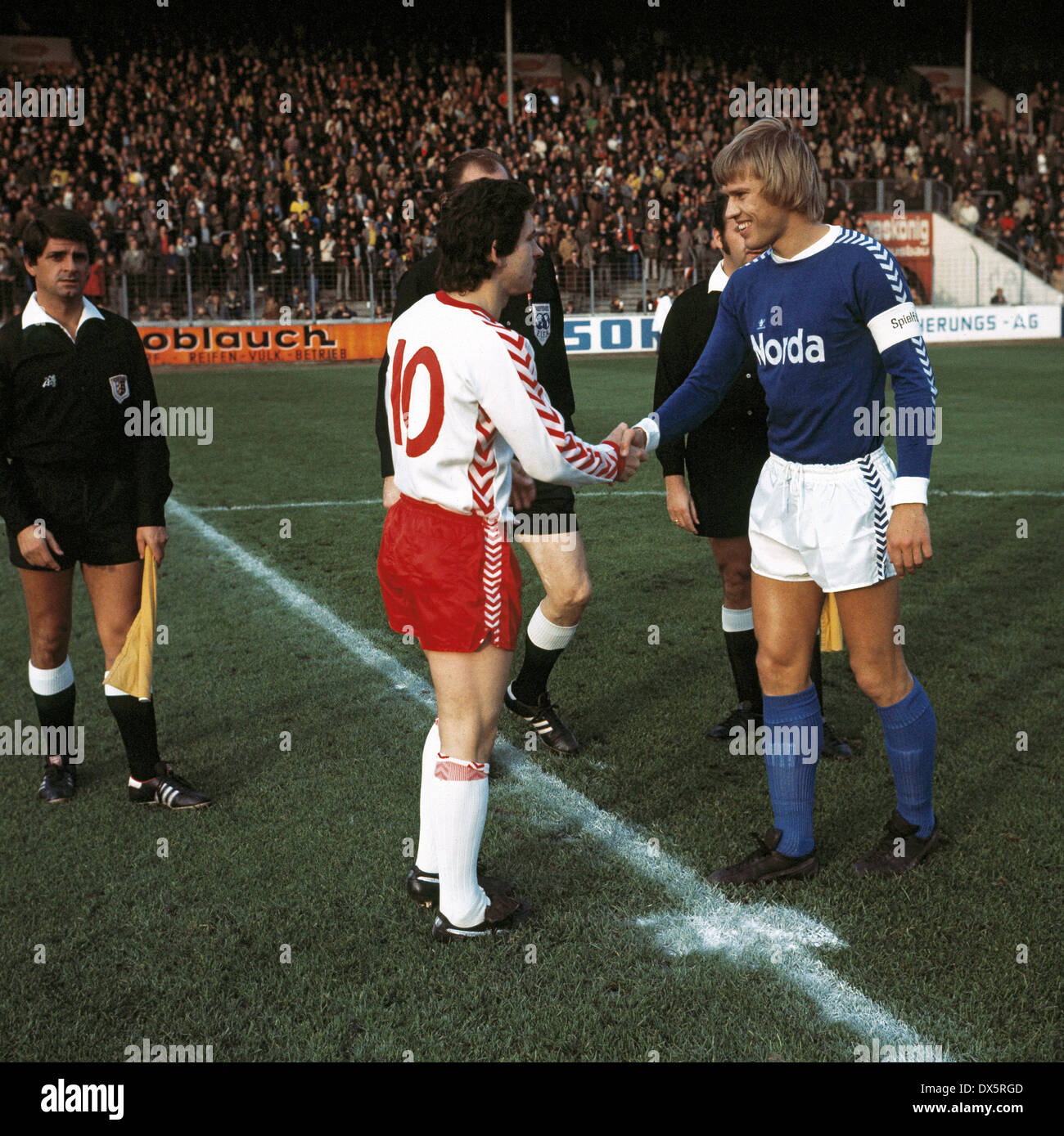 football, Bundesliga, 1976/1977, Georg Melches Stadium, Rot Weiss Essen versus SV Werder Bremen 0:0, welcome, team leaders Dieter Bast (RWE) left and Per Roentved (Werder), behind referee Rudolf Frickel and assistants - Stock Image